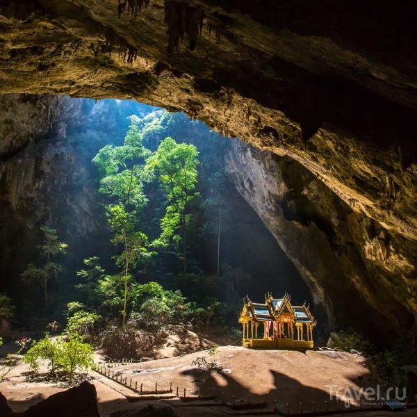 Королевский павильон под сводами пещеры Прайя-Након в Таиланде